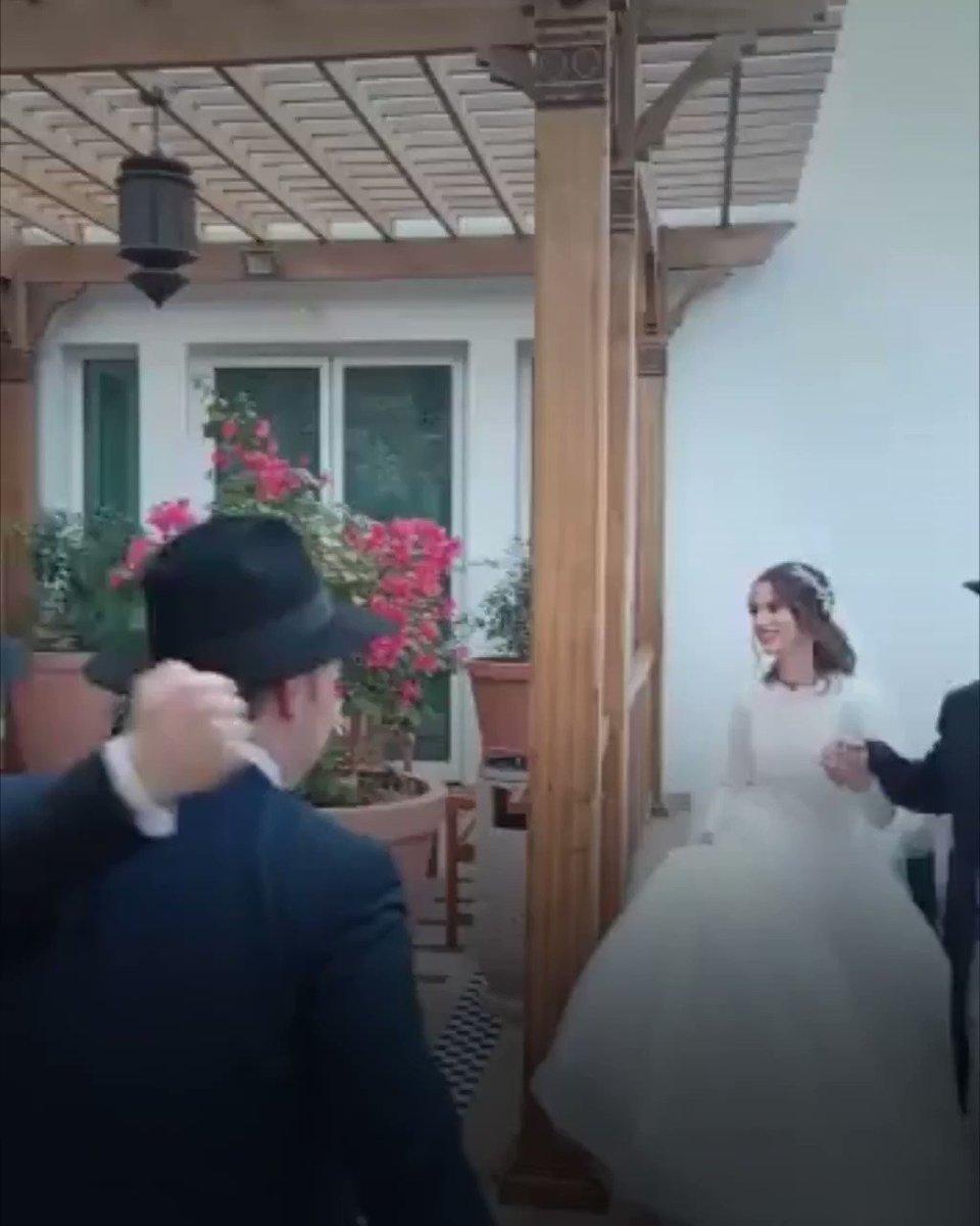 """صفحة """"إسرائيل بالعربية"""" تنشر على تويتر فيديو لأول حفل زفاف يهودي بالإمارات تضمن طقوسا ورقصات تقليدية في فندق """"بارك حياة"""" بدبي، وسط ردود أفعال متباينة."""