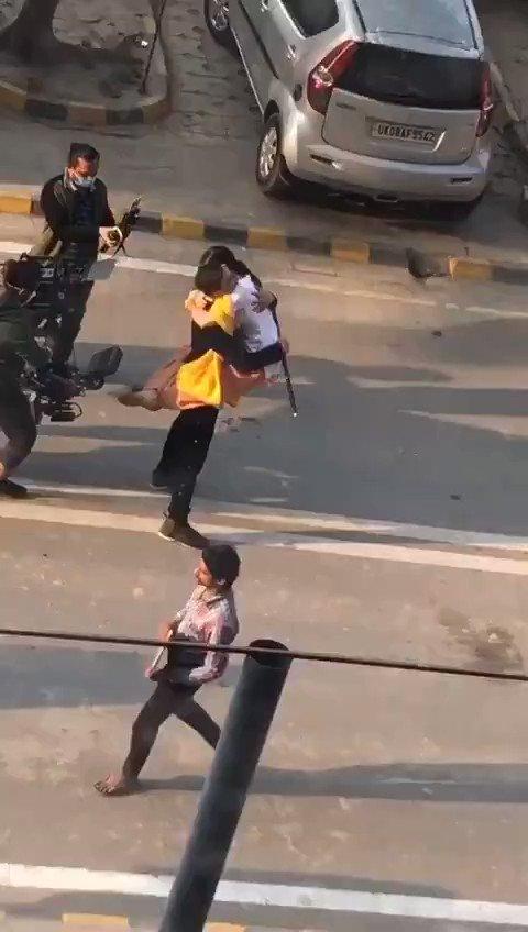 VIDEO 5- @akshaykumar sir and #SaraAliKhan spotted on #AtrangiRe sets today !