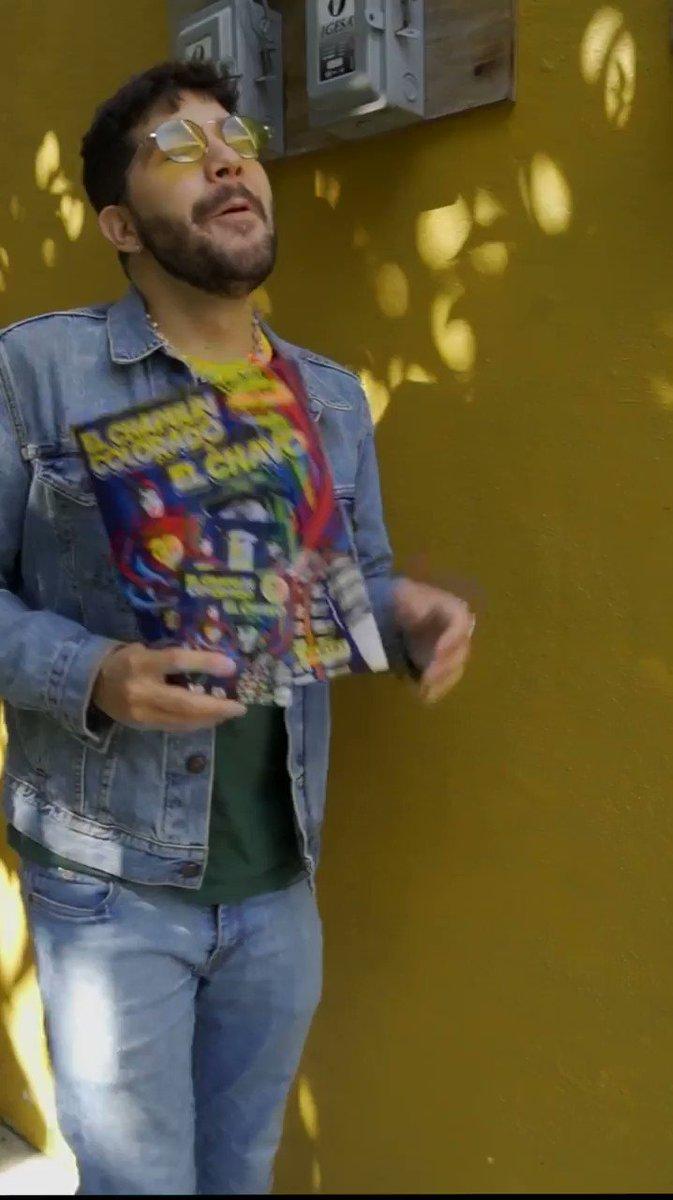 ¡Eso, Eso, Eso, Eso! 🤩🤏🏽  Así como @HectorTrejo, busca en tu puesto de revistas más cercano las estampas de ''El @ChapulinRGB & El @ChavodelOcho_Of''.  💛❤  #50CH