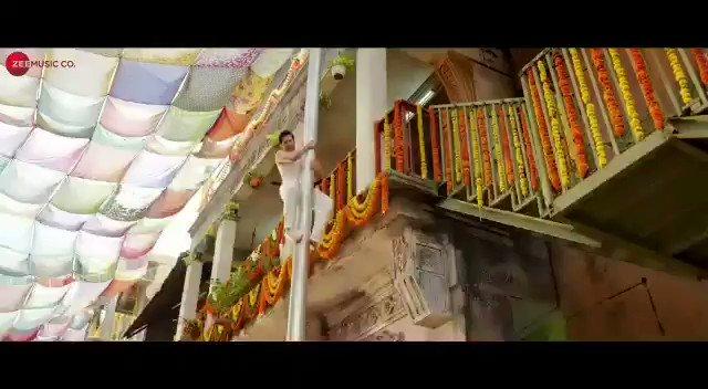 Mummy Kassam, aaj gaana aa hi jayega!  Aap ready rehna! ♥️ #MummyKassam song releases today! #CoolieNo1OnPrime, premieres 25th December on @PrimeVideoIN   #SaraAliKhan #DavidDhawan @vashubhagnani @jackkybhagnani @honeybhagnani