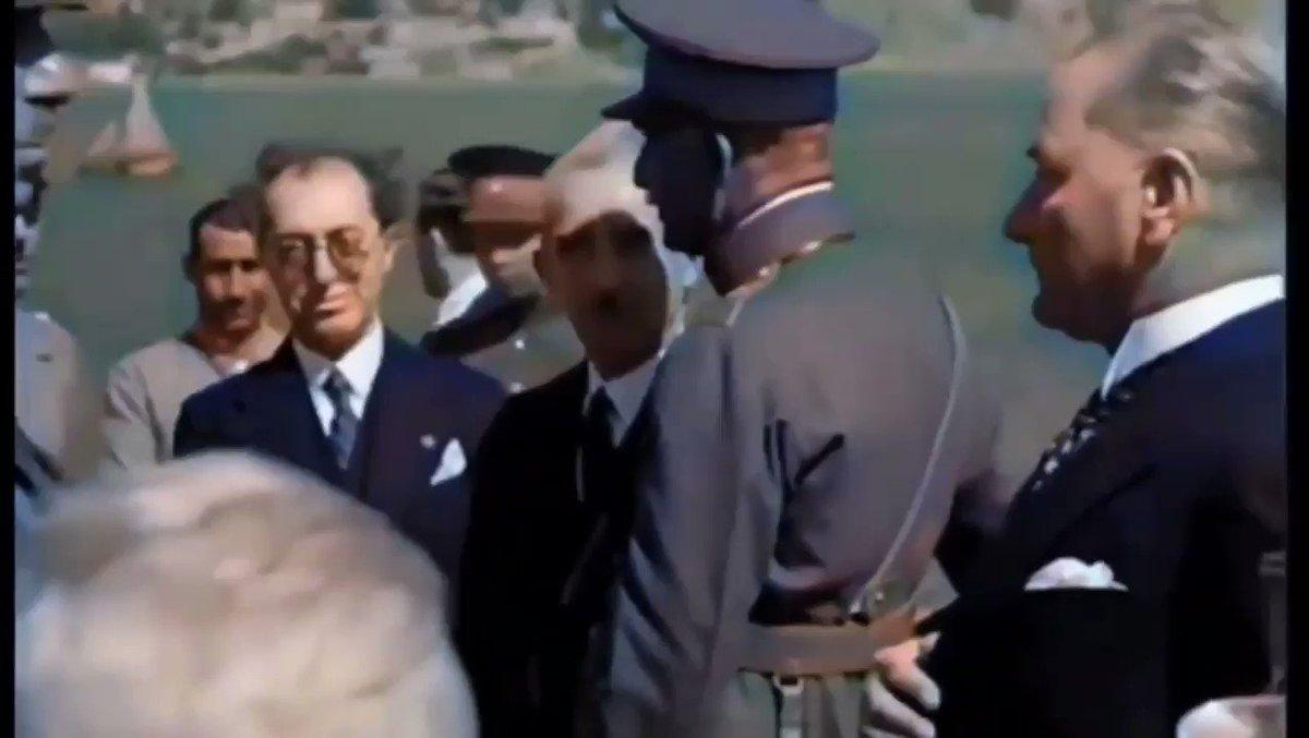 Cumhurbaşkanı Mustafa Kemal Atatürk, yaverinden sigara istiyor, sigarasını alıyor ve manzaraya dalıyor...