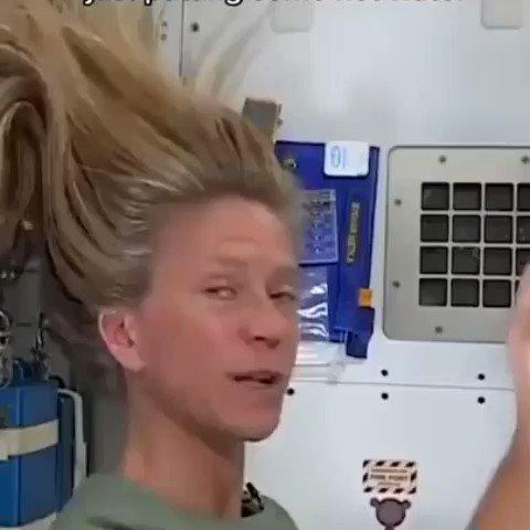 Astronauta Karen Nyberg mostrando as dificuldades de lavar o cabelo no espaço. Crédito do vídeo: Nasa.