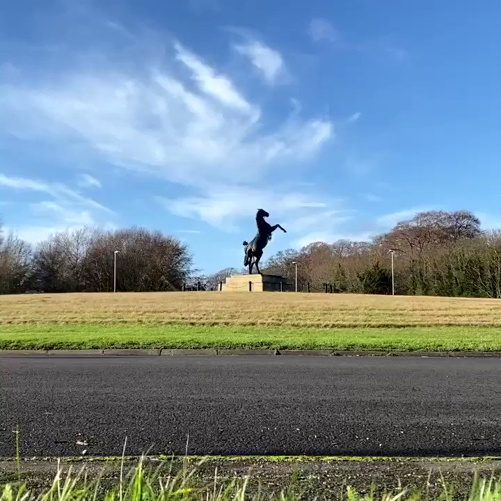 1/2 way point for @benjyblowes as the runners & riders head past the lovely sculpture on the July Course roundabout.  Run 20 of 31 consecutive marathons in aid of @toms_trust  @RebeccaOrde sponsoring today's run 🙌  #TomsTrust #MarathonMan  @KatieMargarson @sandalsnosocks 🏃🏻‍♂️🏃🏼‍♀️
