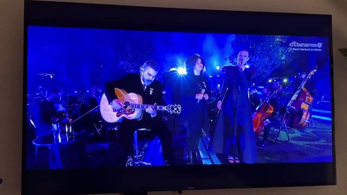 Este otro regalo del #mijaressinfonico, mi Lucerito cantando con la maravillosa #KaiaLana y nada menos que @MijaresOficial en la guitarra! Qué espectáculo!! ♥️😍♥️ #LuceroMijares 🌟🌟🌟🌟