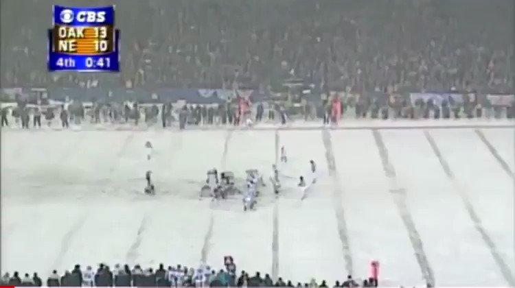 Número 12 (empate) #RaiderNation - #GoPats 2002→Vinatieri cumple dos proezas bajo la nieve de Foxboro. Empata el juego con una patada de 45 yardas y, en la prorroga, acierta el FG del triunfo, tras un memorable drive de Brady👇#NFL @EugeniaR_