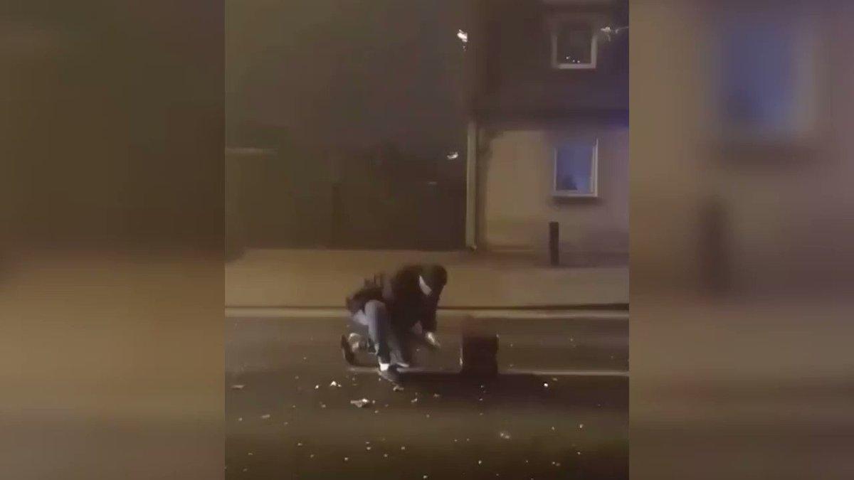 Kościan (woj. wielkopolskie). 40-latek odpalał  w sylwestra fajerwerki na środku ulicy. Potrącił go samochód dostawczy. https://t.co/E9Qxl1qUrF