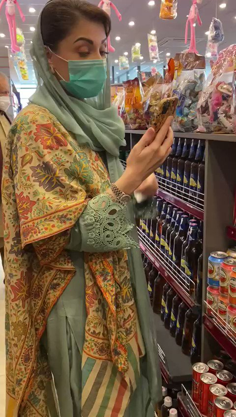 Maryam Nawaz specially stopped at a rest area on her way back to Lahore from Bwp to get things for her granddaughter Serena.. Showing her toys on a video call 😍 https://t.co/Wih0513MGO