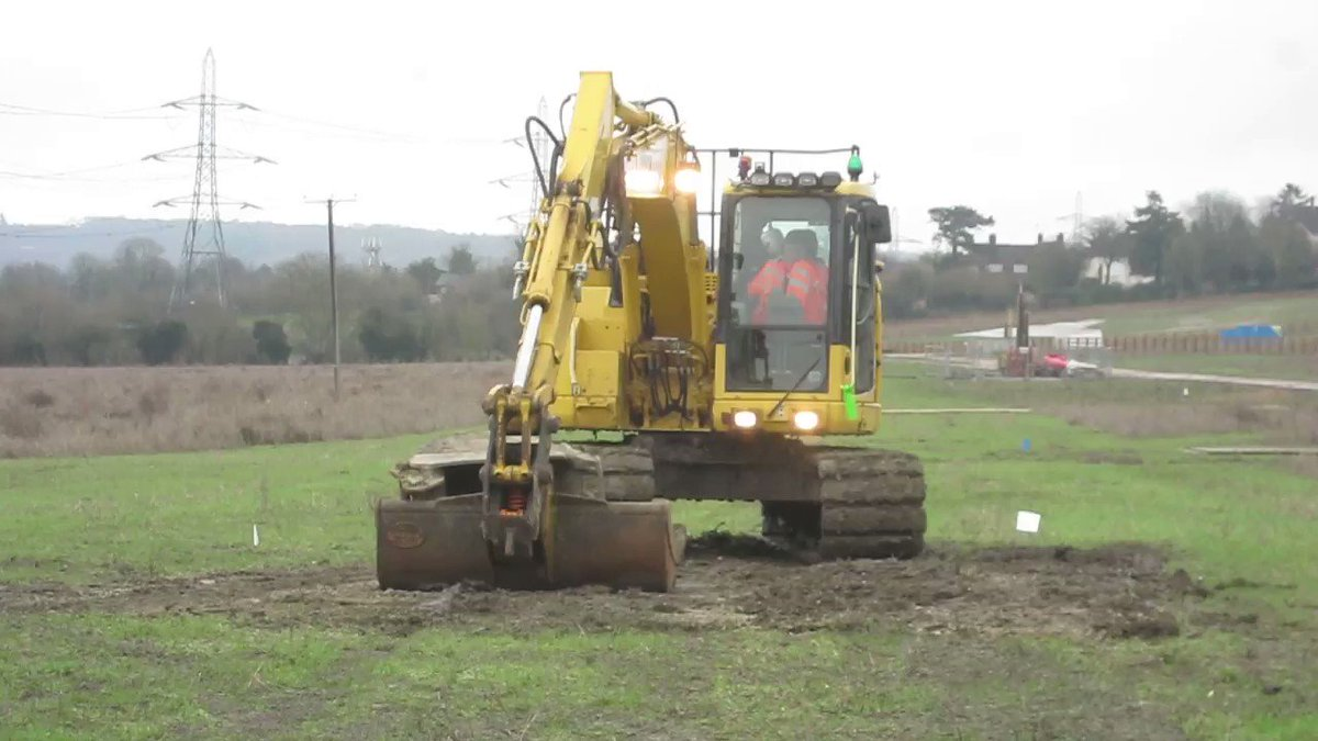 Lone #HS2 contractor sits in inactive digger in #Wendover this morning with diesel engine running thru whole lunch break polluting @ChilternsAONB. @HS2ltd need to multiply this by (X machines + Y years) to include in CO2 emission calcs @ChrisGPackham #ClimateCrisis @RobBAylesbury