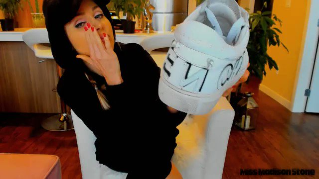 One of my Fans is enjoying my Content! You should, too! Gym Girl Stinky Sneaker Sniffing https://t.co/PVkLnyDXIU