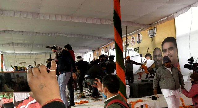 हरियाणा पुलिस CM खट्टर का उन्हीं के ज़िले करनाल  में कार्यक्रम नहीं करवा पाई. किसानों ने CM समारोह का पंडाल ही तोड़ डाला .