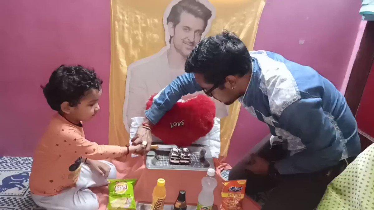 अपने परिवार के साथ हृतिक सर का जन्मदिन उत्साह के साथ मनाते हुए कुछ पल❤️ I love you @iHrithik sir🎂😘💥 Thnx for return gift as #Fighter 🔥 @deepikapadukone #Marflix #HappyBirthdayHrithikRoshan 🎂