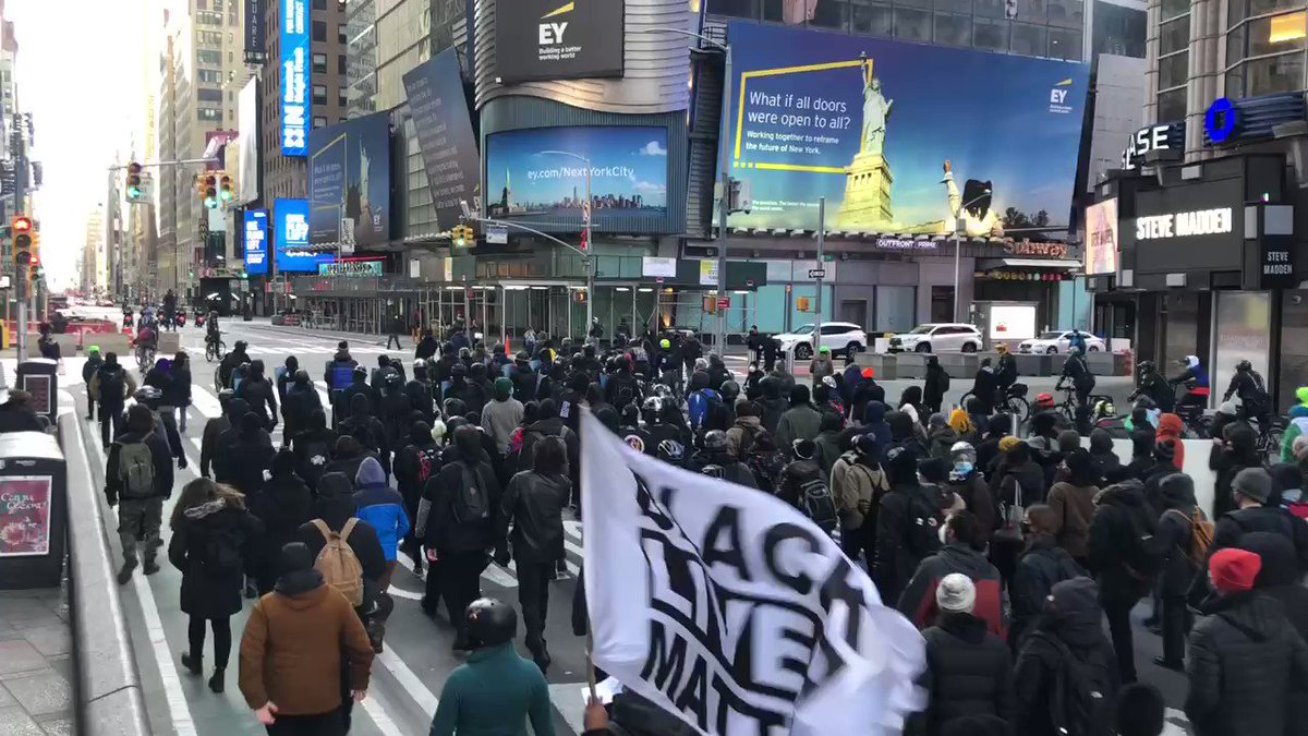 Manifestación antifascista en New York. Miles de personas marchan por el centro de la ciudad contra la extrema derecha