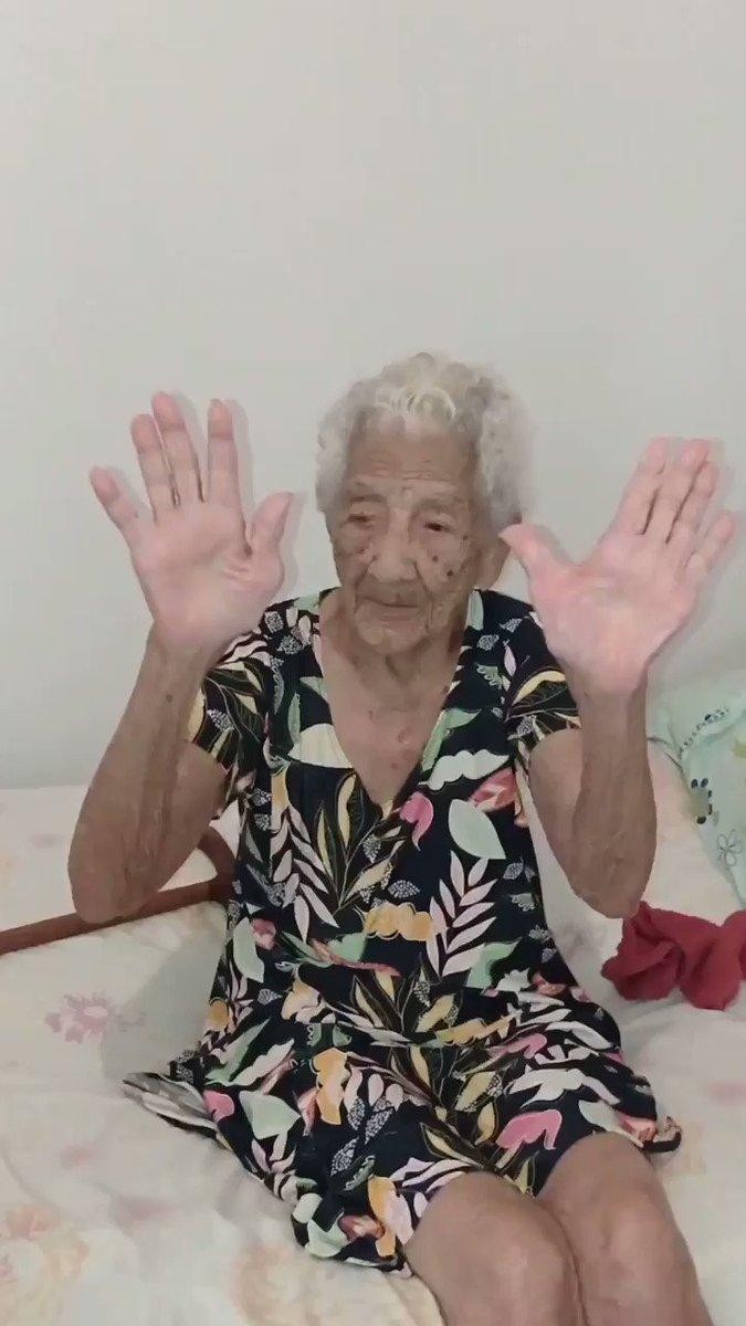 A vozinha, de 110 anos (sério) curtindo #BaladaDoButeco ❤️ Amamossss @GL_centraldefas @gusttavo_lima Deem RT, façam chegar ao GL