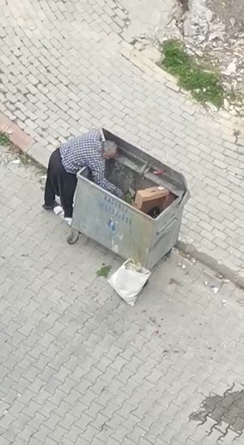 Bu görüntüler bugün Osmaniye'nin Kadirli ilçesinde çekildi. Çukurova'nın en bereketli topraklarında vatandaş rızkını çöpten çıkarmaya çalışıyor. Biz boşuna demiyoruz. #AçlıkeşittirRTE