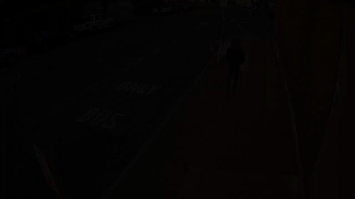 Um homem em Seattle chutou uma mulher aleatória de 56 anos que plantava flores. Ela sofreu 10 fraturas na bochecha, nariz, seios da face e órbita ocular.   Ele ainda está livre.   Não há muita revolta em Seattle. A prefeitura culpa a COVID pelo crime    Agora se fosse o contrário
