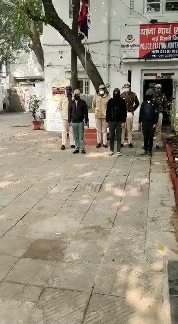 थाना नॉर्थ एवेन्यू, नई दिल्ली जिला पुलिस ने 03 सिविल डिफेंस वालंटियर को किया गिरफ्तार। एसडीएम नई दिल्ली के कार्यालय में थे तैनात। कोविड-19 के फर्जी चालान जारी कर अपने Paytm खाते में पैसा लेकर करते थे जबरन वसूली । @CPDelhi @LtGovDelhi @DelhiPolice @HMOIndia @PMOIndia