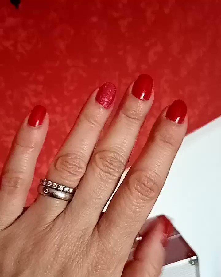 Altri propositi del nuovo anno ne abbiamo? Si n.5 🖐️ creare la mia manicure a casa. Evviva!!!!! È il tuo anno Avon ha per te & per me le tonalità le finiture più trendy 💅 •GEL SHINE •MYSSTICAL fantasies Avon True •FLICKERING crystals Avon  2 a scelta A 4,90€ #avon #TFlers 🌼