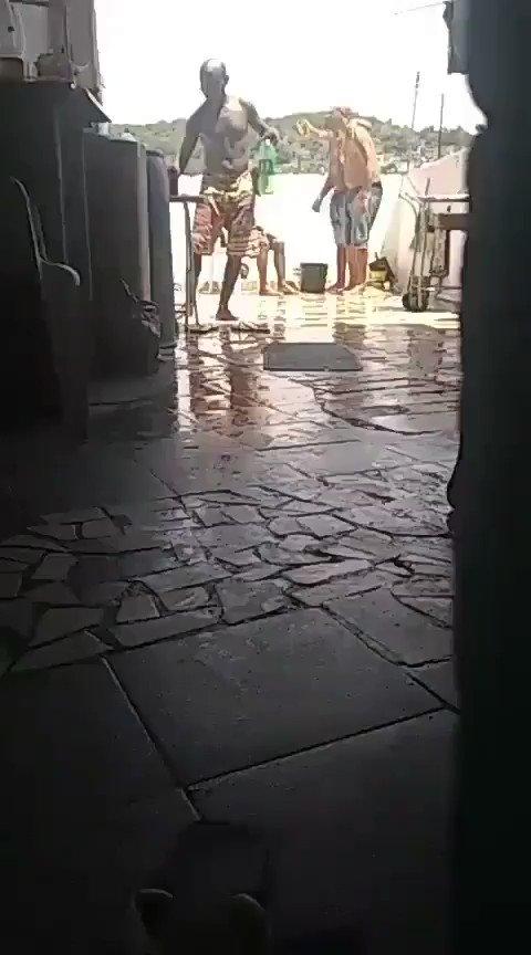 Nada como um balde de água para refrescar nesse calor. Esse é o Imperador!