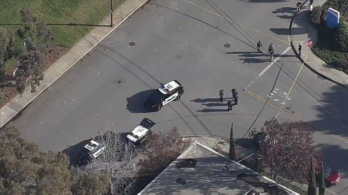 """Une équipe de déminage du comté de Santa Clara a été appelée sur les lieux après qu'un """"colis suspect"""" a été trouvé sur le  Campus de Google #MountainView https://t.co/QbV2GBRt6E"""