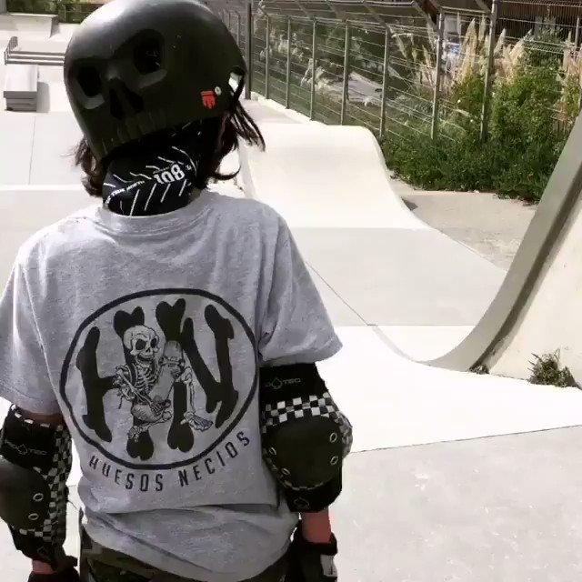 @leon_en_patineta a toda velocidad usando #velocideath en sus baleros! 😎🛹 Gracias por el apoyo! 💥🙌🏼✨ Manda mensaje para adquirir tu aceite para baleros #velocideath! - #huesosnecios #HN #teamHN #skatelife #consumelonacional #skatefriends #Repost @leon_en_patineta