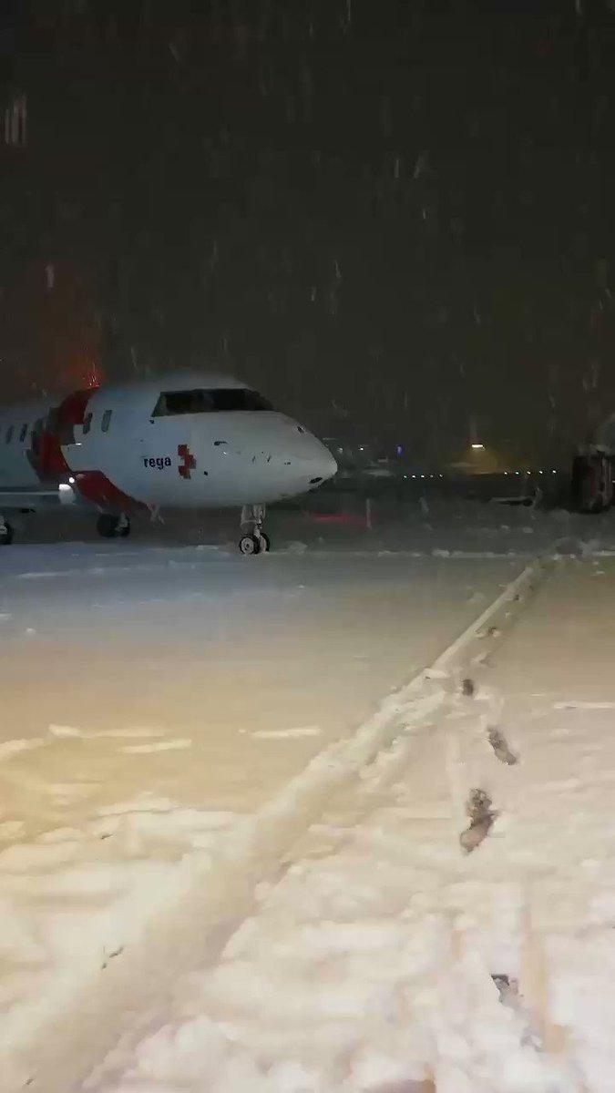 Snowy Airport Zurich 14.01.2021 • #snowflake #regacenter #REGA #regajet #snowyairport #snowyplane #snow #winter #snowy #airside #aviation #zrh #zurichairport #airportzurich #flughafenzürich