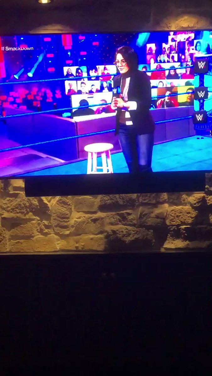 #SmackDown @itsBayleyWWE what the hell is #dingdonghello show?!😂 hahahahahaha @BiancaBelairWWE is so better then you #Bayley