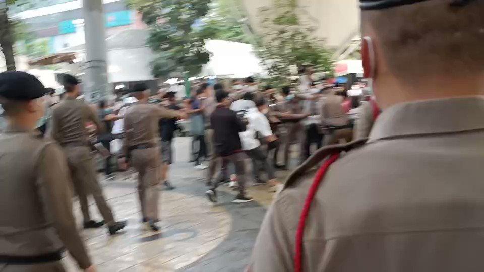 JUST IN:  เจ้าหน้าที่ตำรวจ นำกำลังเข้าจับกุมกลุ่ม '#การ์ดปลดแอก' ขณะจัดกิจกรรมเชิงสัญลักษณ์ร่วมกันเขียนป้ายยาว 112 เมตร ที่อนุสาวรีย์ชัยสมรภูมิ . สื่อไทยรายงานว่าเจ้าหน้าที่ตำรวจประกาศผิดพ.ร.ก.ฉุกเฉินฯ และ พ.ร.บ.ควบคุมโรค โดยจะนำผู้ถูกจับกุมไปสน.พญาไท
