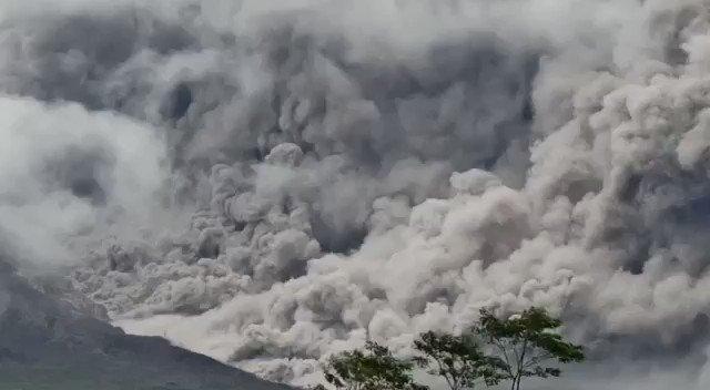 Telah terjadi Awan Panas Guguran (APG) Gunung Semeru dengan jarak luncur kurang lebih 4,5 kilometer pada Sabtu (16/1) sore pukul 17.24 WIB. Selengkapnya:    #InfoBencanaBNPB
