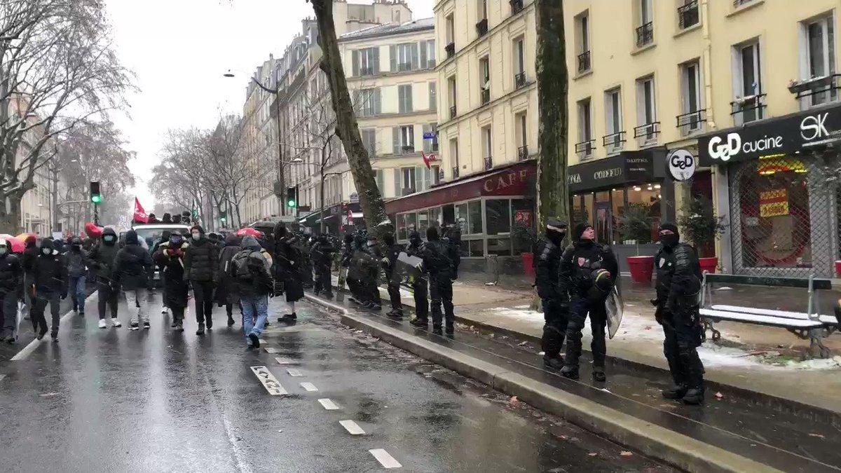 C'est sous les flocons de neige et encadré par un lourd dispositif de forces de l'ordre que la #marchesdeslibertes parisienne va s'élancer