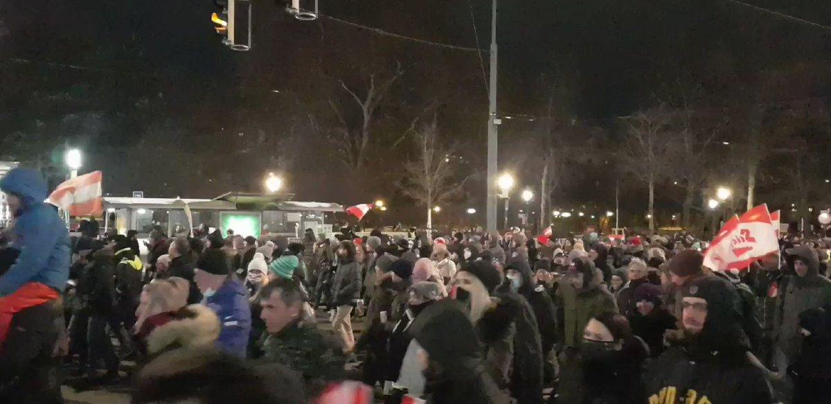 Dicht gedrängt und ohne Masken. So marschieren die Corona-SchwurblerInnen seit Stunden über die Ringstraße in Wien. Es ist ihnen egal, dass sie andere gefährden. #w161