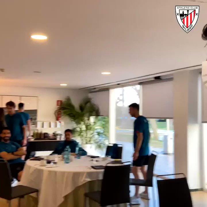 🤗 @AritzAduriz11 no podía perderse la final de mañana...  🎉 ¡SORPRESA!  #Supercopa 🏆 #AthleticClub 🦁