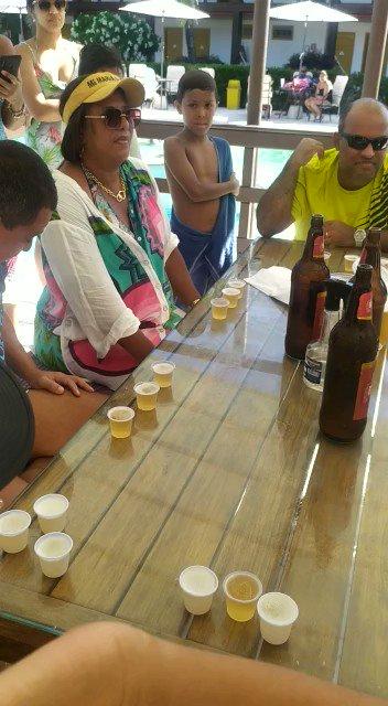 Minha mãe está num resort e participou de um campeonato de quem bebe cerveja mais rápido. Foram várias rodadas e ela GANHOU kkkkkkk  Quero chegar aos 60 anos assim