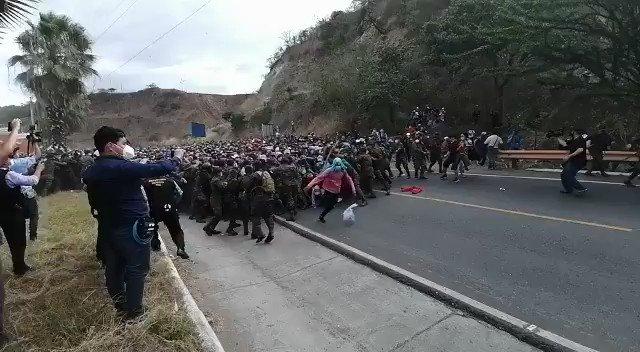 GUATEMALA: Tensión en el kilómetro 177, Vado Hondo en Chiquimula, donde el ejército guatemalteco y la PNC intentaron detener la #CaravanaMigrante para revisar los documentos de las aproximadamente 3.500 personas. video de @MigracionGuate