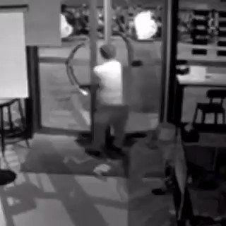 لص صيني من شانغهاي سرق عدة محلات فجراً ثم دخل صالون لسرقته وتمكن من الدخول من بين دفتي الباب، عبثاً حاول الخروج لكنه فشل، في النهاية استسلم ونام حتى أتت الشرطة صباحاً وقبضت عليه. #الصين