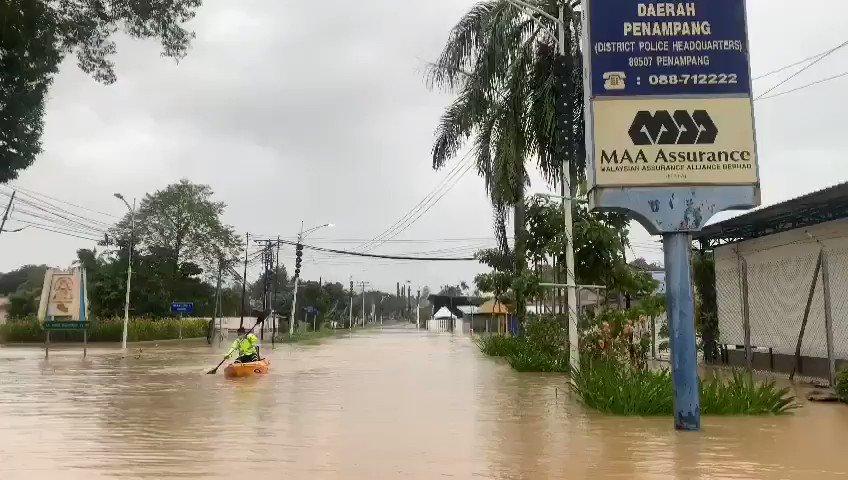 Polis Trafik Sampan.. Ini kali lah 😅 #banjir2021 #Penampang #Sabah Video Credit: IPD Penampang