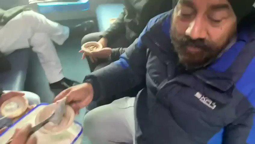 आज नई दिल्ली से मुरैना जाने के दौरान कृषि मंत्री @nstomar ने ट्रेन में सिख समाज के भाइयों के साथ लंगर चखा ।   #FarmersProtest #KisanAndolan