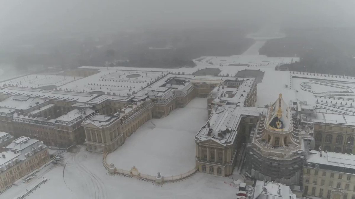 The gardens at Versailles looking fabulous under a light blanket of snow #birdsEyeView #Snowfall #loveSnow ❄️