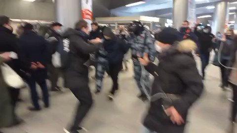 Ampert på Vnukovo-flyplassen i Moskva rett før Aleksej Navalnyj ankommer fra Tyskland.