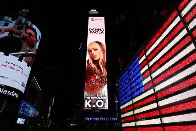 La filtración de la plantilla musical del álbum #KO de @dannapaola, trajo infinidad de éxitos 🙏🏻  La producción es Platino en @amazonmusic 🤩 y es #1 en todos los 🔝 musicales del momento.  Y además ☝🏻, forma parte de los visuales que rodean el #TimesSquare en #NewYorkCity 🎞️ 🗽