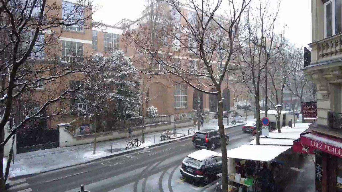 It's snowing in Montmartre/Paris @montmartre @2021 @zelifeinpink @snow #yolo #snow #montmartre #neige #couvrefeu #alamaison #feliz #newyear #homealone #theshowmustgoon #felizaño #paris #thierrystein