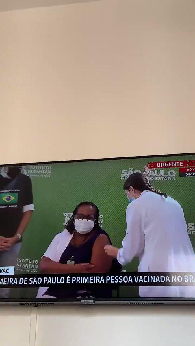 Muito importante a aprovação pela Anvisa do uso emergencial da vacina desenvolvida pelo Instituto Butantan. Veja o momento em que Monica Calazans, enfermeira da UTI do Instituto de Infectologia Emílio Ribas, em São Paulo de 54 anos, recebe a vacina. #VacinaJá!