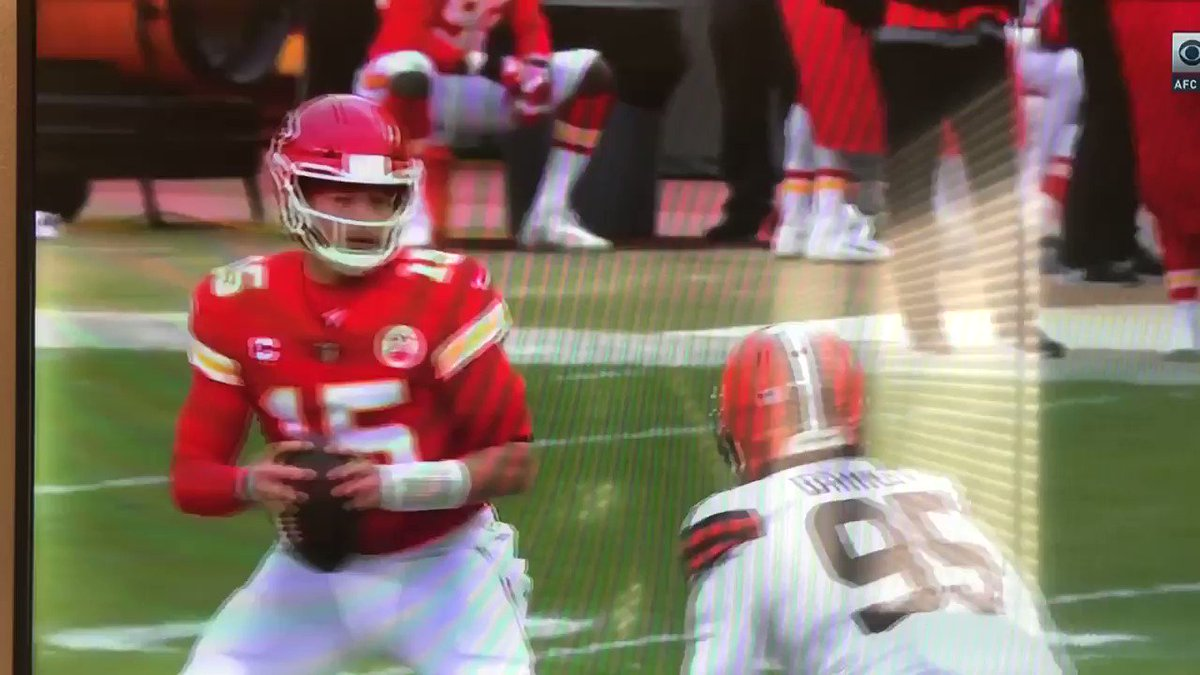 Look at the throw omg and watch Tyreek shake two dudes at the same damn time #CLEvsKC #patrickmahomes #Chiefs
