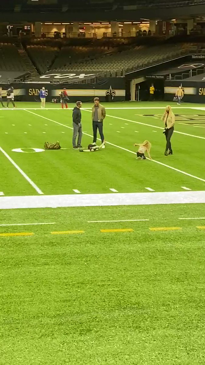 As Tom Brady and Drew Brees hug and say goodbye after a long talk on the field, Brady throws a touchdown pass to Brees' son. One walks off to play in the NFC championship, the other stays to play with his kids. https://t.co/wdWDro9YD4