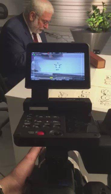 الخطاط المعروف الأستاذ عبيدة البنكي أثناء كتابة لوحات برنامج #تأملات_الجزيرة  .. @BankiObaida  @AJTaamulat