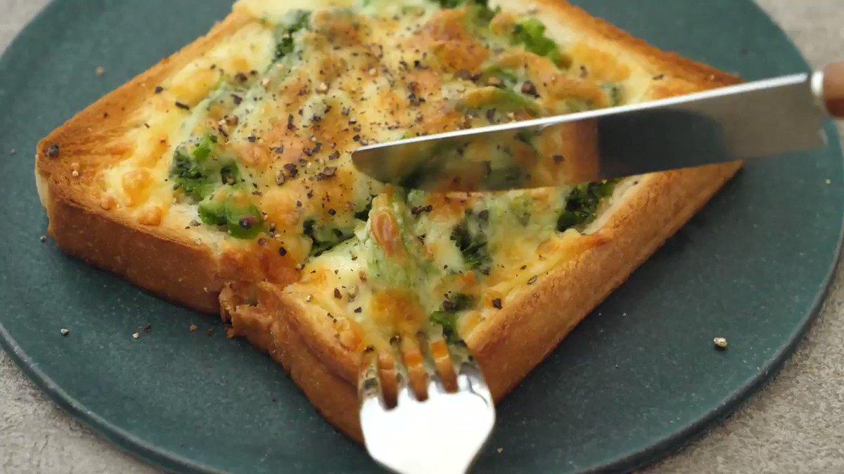 このブロッコリーたっぷりな【グラパン】10分で簡単に作れてやたら美味しい…!ごろっと入れてほっくりな食感がいい。食パンと家にある調味料で味付けできます。ブロッコリー好きにはたまらないやつです。朝ごはんやランチにぜひ。    レシピこちらです▼