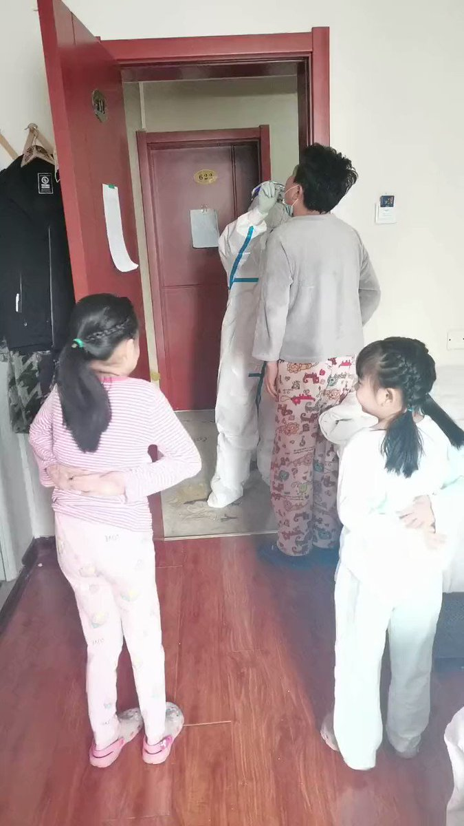 Grateful children. In Shijiazhuang, a pair of sisters danced to thank the volunteers for their daily service🙏🙏🙏.They are contacts of confirmed cases and are undergoing isolation observation.    #COVID19