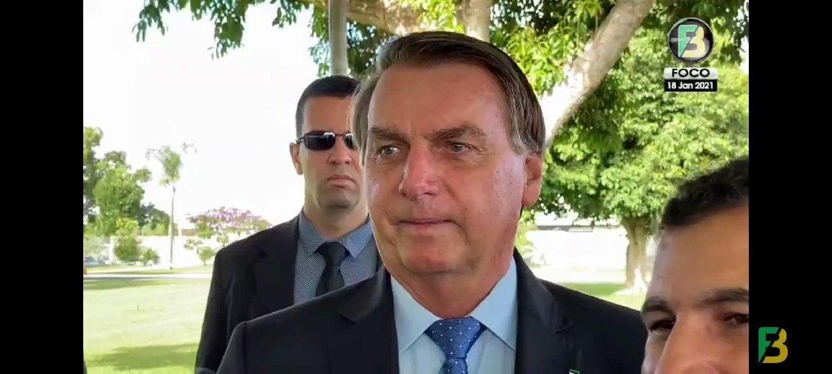"""""""Pessoal, uma notíca: apesar da vacina... apesar, não, né? A Anvisa aprovou, não tem que discutir mais...""""  Foi essa a primeira reação pública do presidente Jair Bolsonaro ao início da vacinação contra a Covid-19 no Brasil.  Será que ele ficou satisfeito?"""