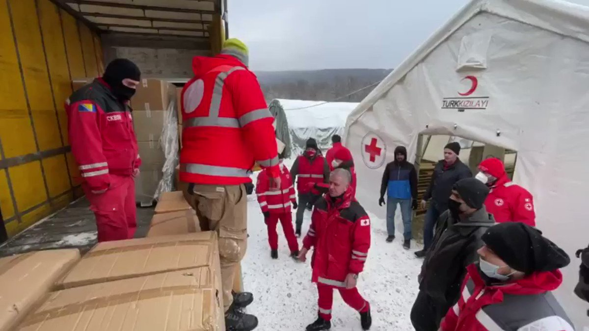 We are extremely concerned for the welfare of thousands of migrants stranded in unacceptable humanitarian conditions in Bosnia and Herzegovina.  Aid brought by @crocerossa including blankets, warm clothes, and water will be distributed by the @RedCrossBH teams.