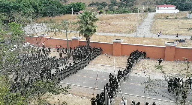I know everyone focused on inauguration... but this is crazy.  Guatemalan security forces prepare to face off against a caravan of impoverished Hondurans fleeing hunger/poverty trying to reach the U.S.   There has to be a better way.   Credit: @mmendoza_GT