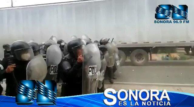 Migrantes hondureños empiezan a lanzar piedras hacia las fuerzas de seguridad en el Km177 Vado Hondo, Chiquimula.   Vía @JLSonora927